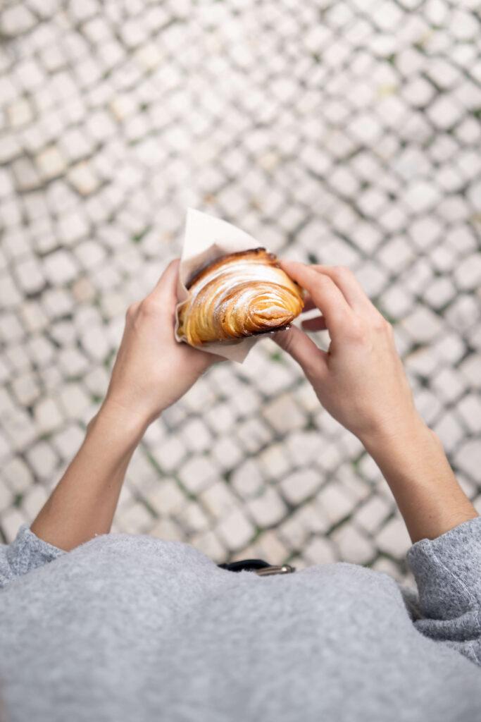 Croissant comido em Sesimbra, à porta da loja onde começou a história do melhor croissant.